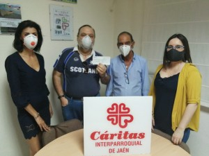 Entrega del cheque de la Cruz de Mayo solidaria de los Estudiantes a Cáritas